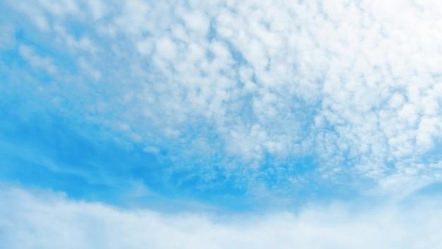 Weiße wolke auf einem blauen himmel für einen naturhintergrund.