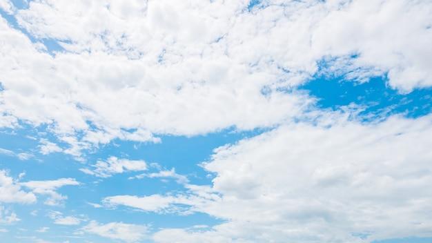 Weiße wolke auf hintergrund des blauen himmels