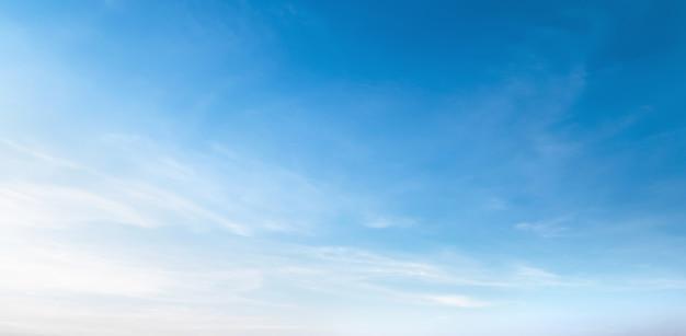 Weiße wolke mit blauem himmelshintergrund