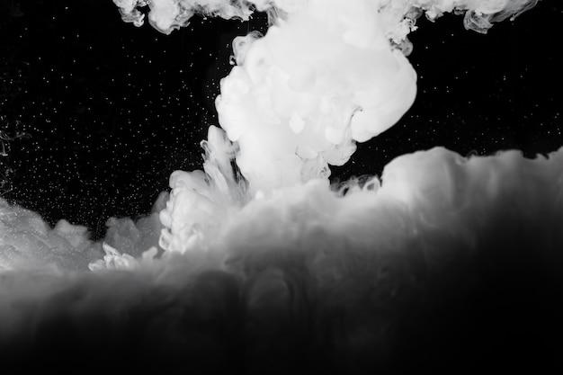 Weiße wolke mit schwarzem hintergrund