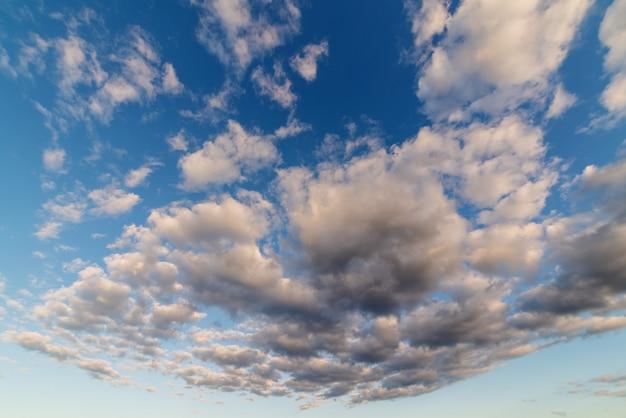 Weiße wolken am blauen himmel. atmosphärischer natürlicher hintergrund.