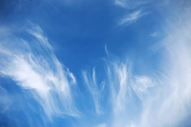 Weiße wolken am blauen himmel im mittagssommer