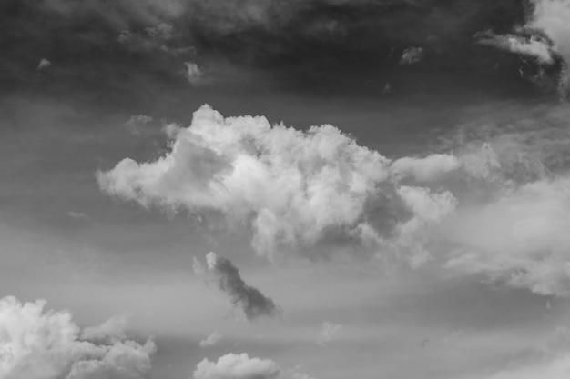 Weiße wolken auf einem himmelshintergrund. natur-konzept. schwarz und weiß