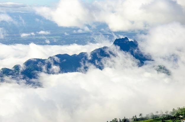 Weiße wolken bedeckten morgens die berge