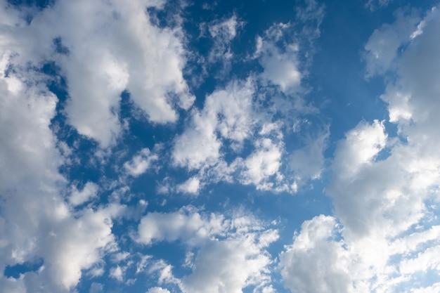 Weiße wolken im blauen himmel des sommers