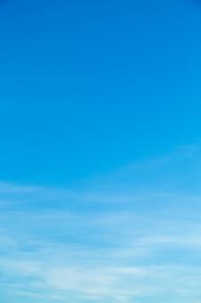 Weiße wolken im blauen himmel