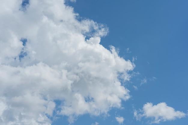Weiße wolken im hintergrund und türkisfarbener himmel, der morgens schwebt wolkenhintergrund