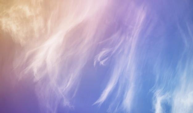 Weiße wolken in einem blauen himmel färben den sonnenuntergangsommer