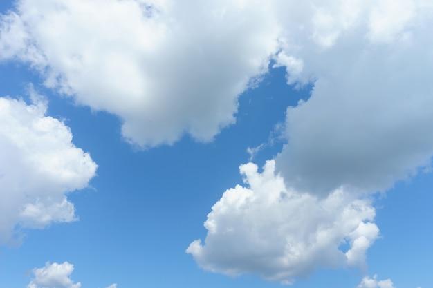 Weiße wolken mit blauem himmel im hintergrund