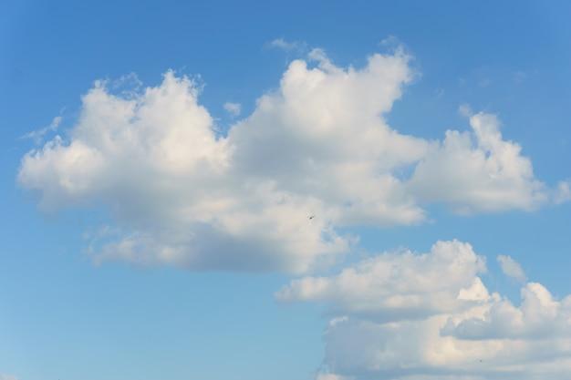 Weiße wolken über blauen himmel