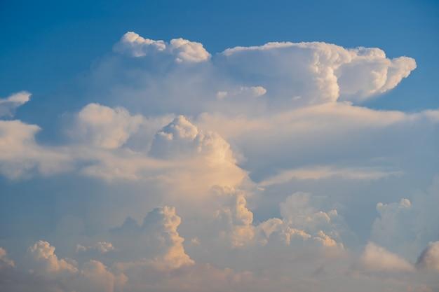 Weiße wolken und blauer himmel, ein blick vom flugzeugfenster