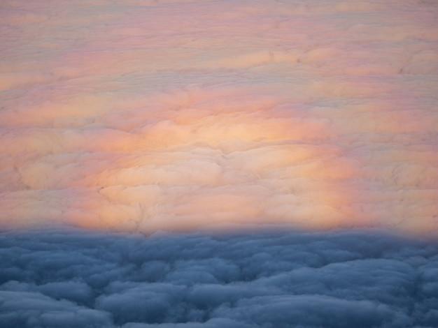Weiße wolken und blauer himmel