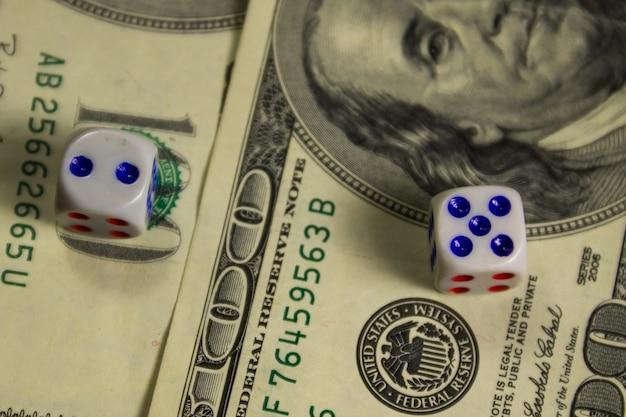 Weiße würfel auf hundert-dollar-scheine nahaufnahme. casino-, glücksspiel- und glückskonzept