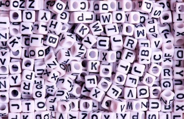 Weiße würfel mit schwarzer nahaufnahme der englischen buchstaben.