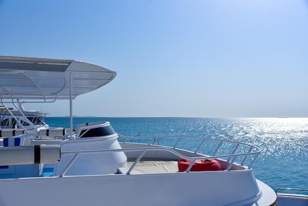 Weiße yacht auf see gegen blauen himmel.