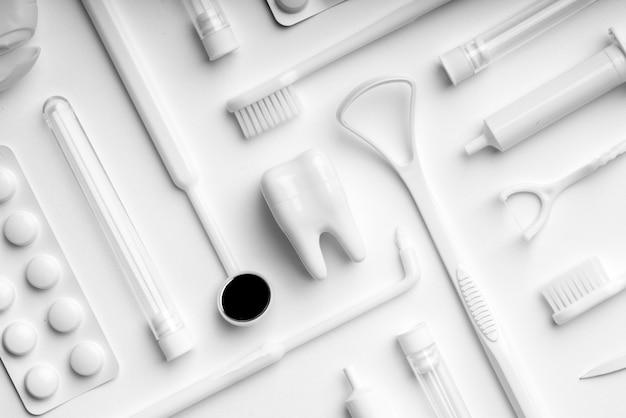 Weiße zahnpflegeausrüstung