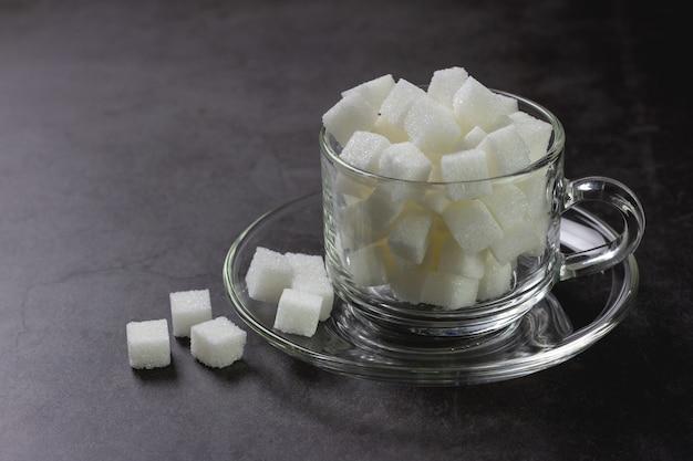Weiße zuckerklumpen in der kaffeetasse