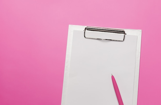 Weiße zwischenablage mit leerem blatt papier und stift