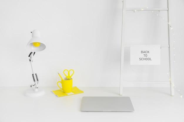 Weißer arbeitsplatz mit gelber tasse