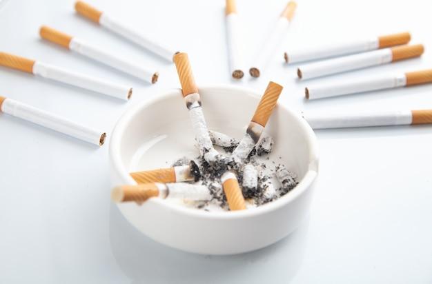Weißer aschenbecher mit einer zigarette. rauchen