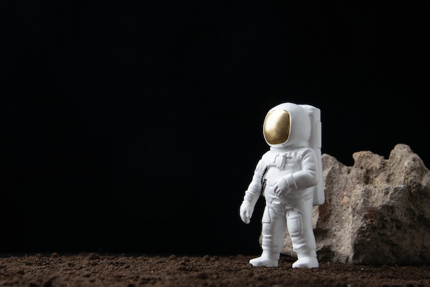 Weißer astronaut auf dem mond im dark fantasy science fiction