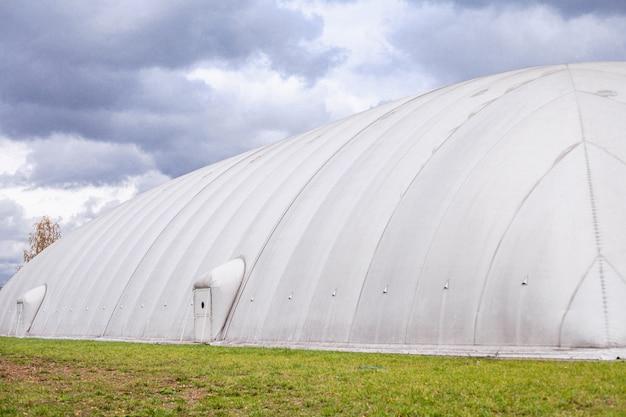 Weißer aufblasbarer hangar auf einem feld