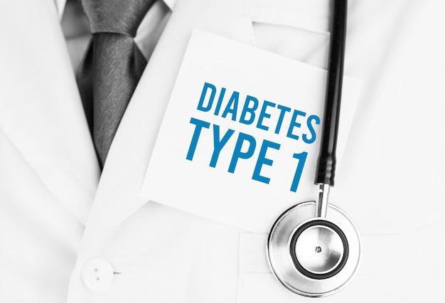 Weißer aufkleber mit text diabetes typ 1, der auf medizinischem gewand mit einem stethoskop liegt