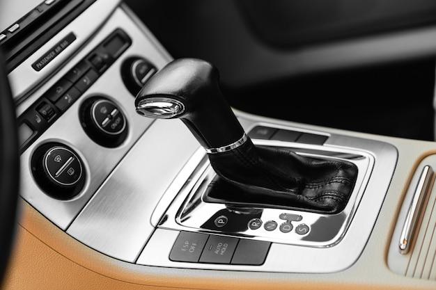 Weißer automatischer schalthebel eines modernen autos, autoinnenraumdetails
