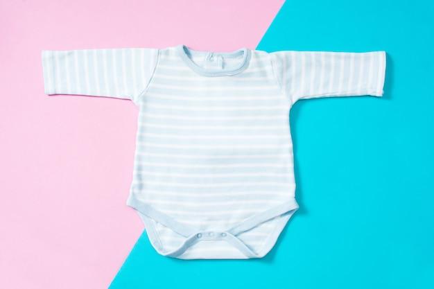 Weißer baby-strampler auf einem mehrfarbigen hintergrund