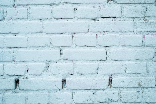 Weißer backsteinmauerhintergrund im ländlichen raum