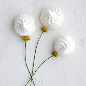 Weißer baiserblumenstrauß auf weißem hintergrund