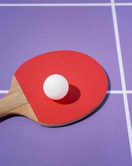 Weißer ball mit hohem winkel auf tischtennispaddel