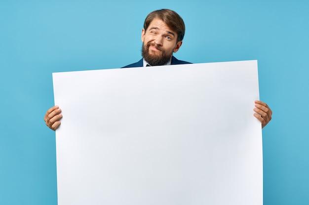 Weißer banner des bärtigen mannes in der hand leeres blatt präsentation isolierter hintergrund