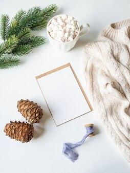 Weißer becher mit heißem getränk und eibischen, papierkarte für buchstaben, umschlag und weihnachtsdekoration