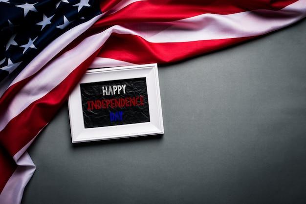 Weißer bilderrahmen mit flagge der vereinigten staaten von amerika auf holz