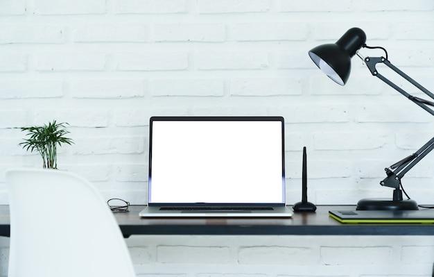 Weißer bildschirm des laptop-computers auf arbeitsbereich