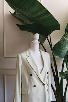 Weißer blazer an einer ansteckbaren schaufensterpuppe