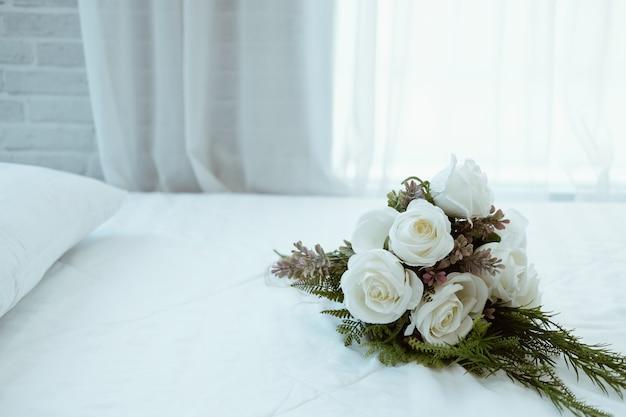 Weißer brauthochzeits-rosenblumenstrauß