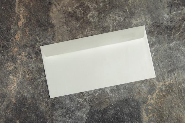 Weißer buchstabe auf dem grauen abstrakten tisch