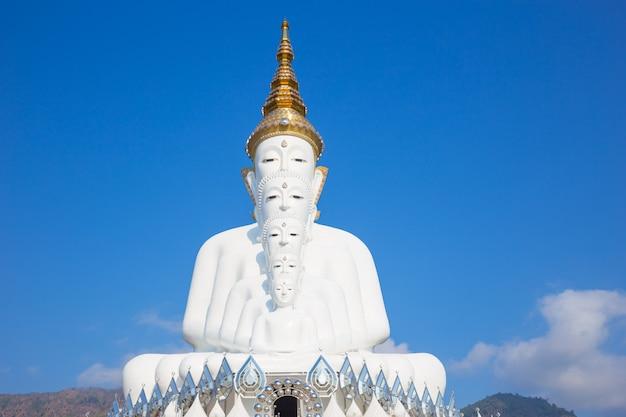 Weißer buddha bei wat pra that pha son keaw tempel von khao kor, petchaboon, thailand.