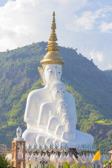 Weißer buddha bei wat pra that pha son keaw temple von khao kor, petchaboon, thailand.
