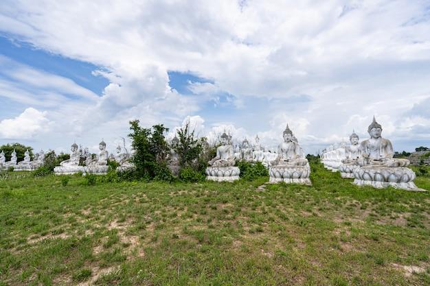 Weißer buddha in thailand