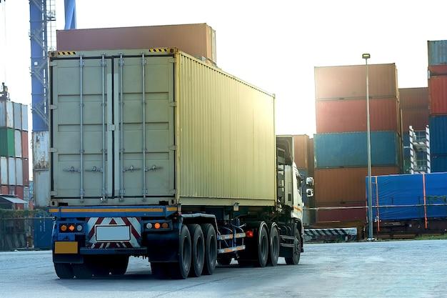 Weißer container-lkw der fracht in schiffshafen logistik