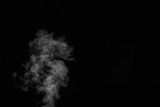 Weißer dampf, rauch auf schwarzem hintergrund, um ihre bilder zu ergänzen. perfekter rauch, dampf, duft, weihrauch für ihre fotos. erstellen sie mystische halloween-fotos. abstrakter hintergrund, gestaltungselement