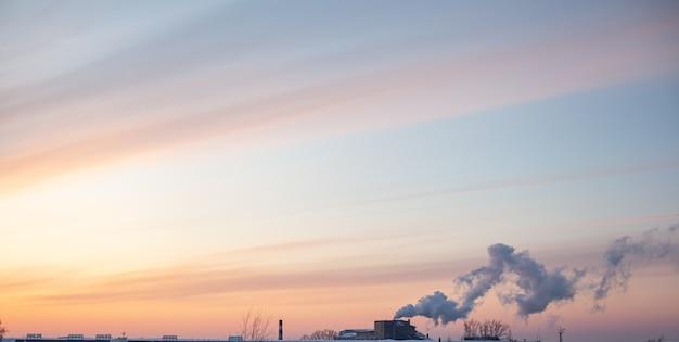 Weißer dicker rauch aus dem kamin des heizraums. rauch gegen den blauen himmel. luftverschmutzung. heizung der stadt. industriegebiet.