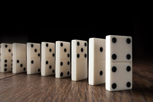 Weißer domino auf braunem holz