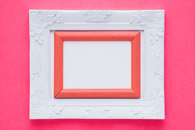 Weißer doppelter rahmen mit rosa hintergrund