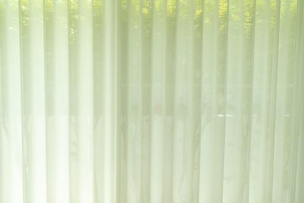 Weißer durchscheinender vorhang oder lichtfilternder vorhang zu hause