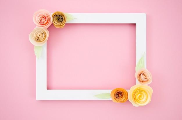 Weißer eleganter blumenrahmen auf rosa hintergrund