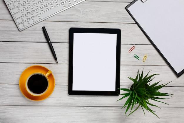 Weißer eleganter desktop von oben - geschäftswerkzeuge - bürodesign - atelieraufnahme - draufsicht